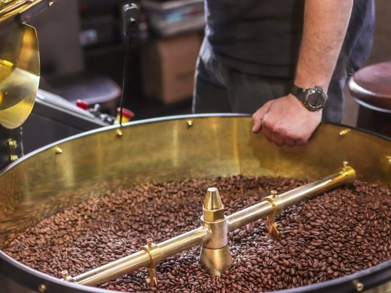 A kávépörkölés folyamata és stílusok